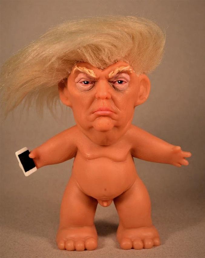 Un gars a inventé une figurine de Trump en version troll (et à poil). Ce détournement des célèbres jouets des années 60 à 90 est désormais en recherche de financement pour un production à grande échelle. Lancé il y a quelques jours, le projet a réunit plus de 55000$ sur les 38000$ nécessaires.  https://www.kickstarter.com/projects/560181280/trump-troll-doll-sculpture-by-chuck-williams/description