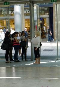 Kan Beshine pénètre dans une galerie marchande en Allemagne