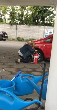 La blonde qui regonfle un pneu