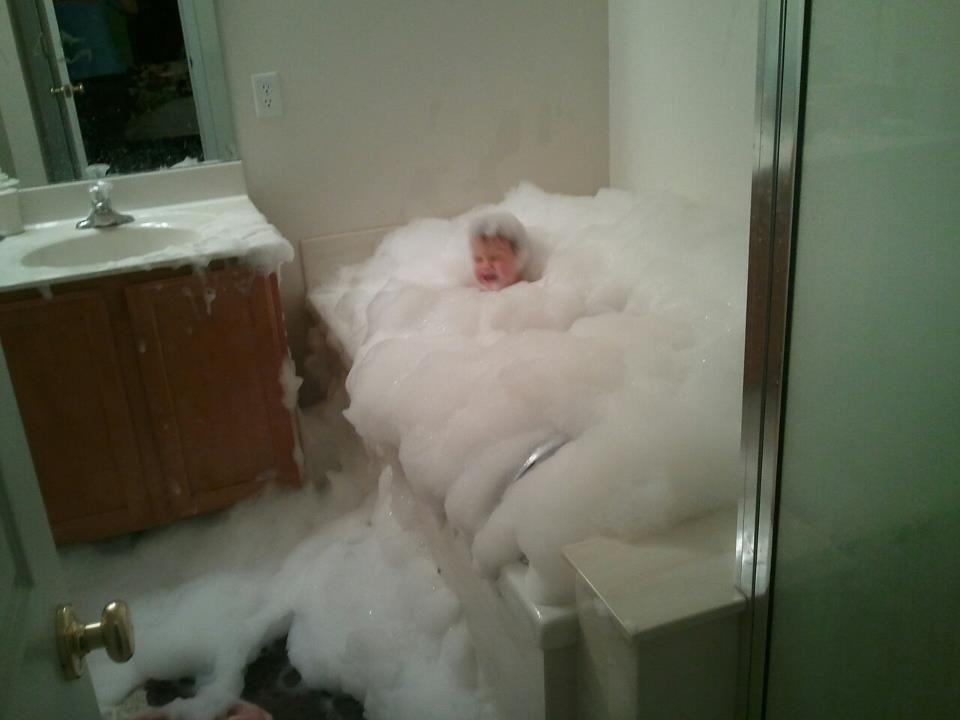 Un enfant joue dans son bain