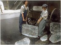 Femmes livrant un pain de glace