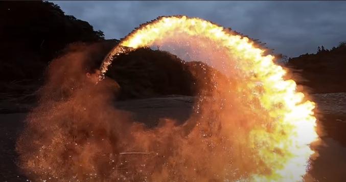 Kiwamu Miyakubo est un artiste japonais spécialiste du feu et des katana. Il a récemment publié plusieurs vidéos où il génère des arcs de feu esthétiques avec son katana :
