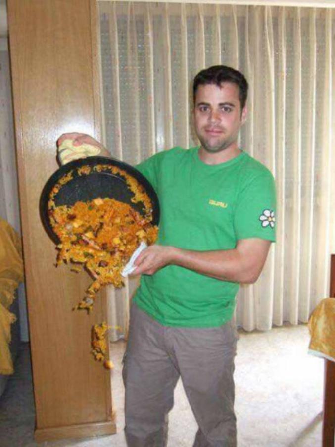 La paëllaest un plat traditionnel à base de riz rond, originaire de la région de Valence en Espagne, qui tient son nom de la poêle qui sert à la cuisiner. Ce plat est soumis à la même lois de gravité que les plats d'autres pays donc on a beau faire tout les efforts possibles, si la poêle est à la verticale, le contenu tombe au sol. Maintenant ce gros con n'a pas l'air au courant, en même temps il est sans doute espagnol.