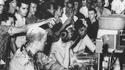 1963, Jackson (USA), une noire et 2 anti-ségrégationnistes se font asperger de ketchup, de moutarde, etc...