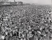 Eté 1940: la plage de Coney island, près de New-York