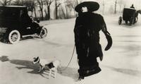 La Pradvina promenant ses chiens à la Belle Epoque.