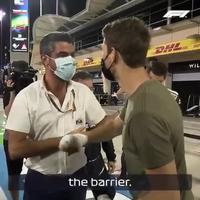 Retour de Romain Grosjean sur le circuit de l'accident Shakir à Bahreïn pour remercier l'équipe qui est intervenue sur l'accident .