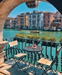 Pendant ce temps, à Venise