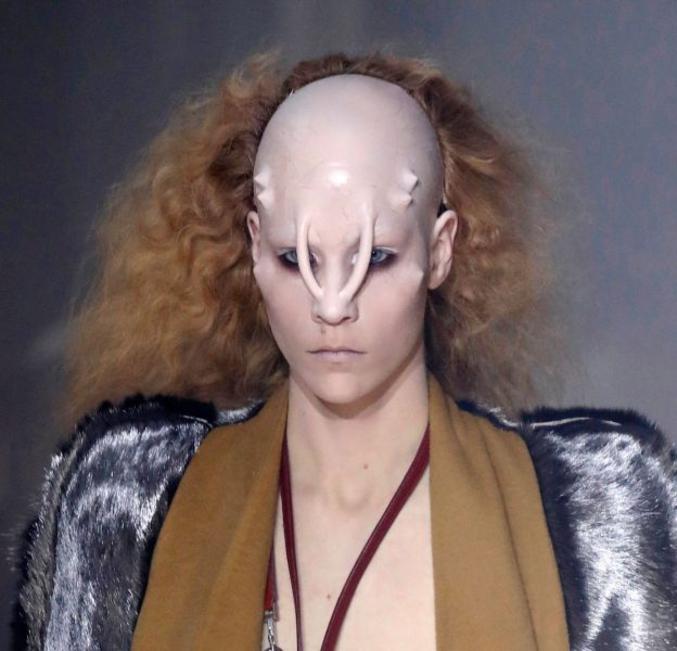 Pour la Fashion Week, c'est ici : https://www.puretrend.com/article/5-beauty-looks-wtf-reperes-pendant-la-fashion-week-parisienne_a205583/1
