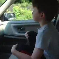 Apprendre à un enfant l'importance de la ceinture de sécurité