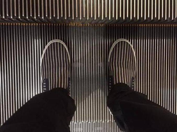 Ne pas oublier de lever les pieds à la fin de l'escalator !