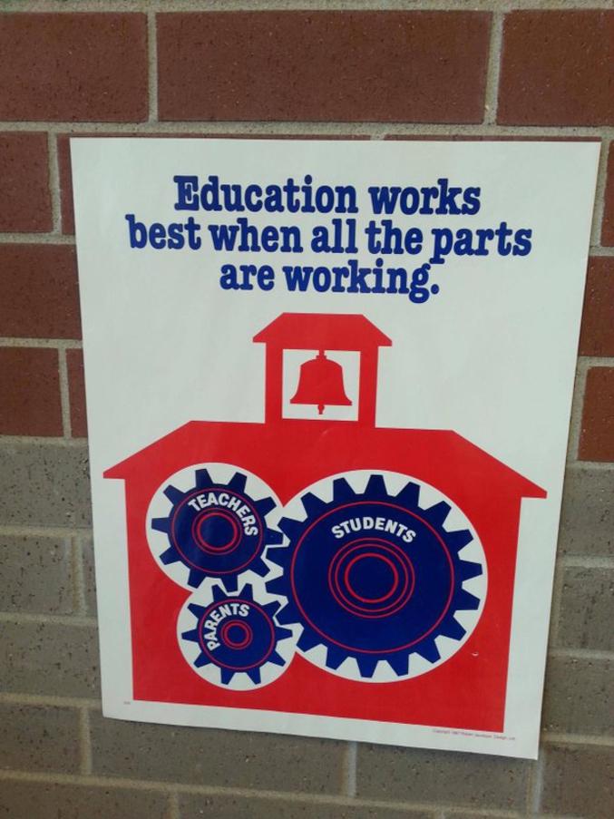 « L'éducation marche mieux quand toutes les parties marchent/travaillent. (Enseignants - Élèves - Parents) »