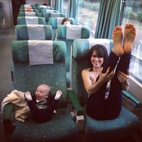 Bébé veut faire comme maman!