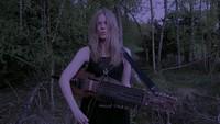 """Två Kongungabarn"" par Myrkur, joué sur un Nyckelharpa."