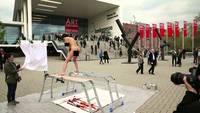 Performance artistique : une poule fait un tableau
