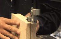Un type découpe du bois avec une machine