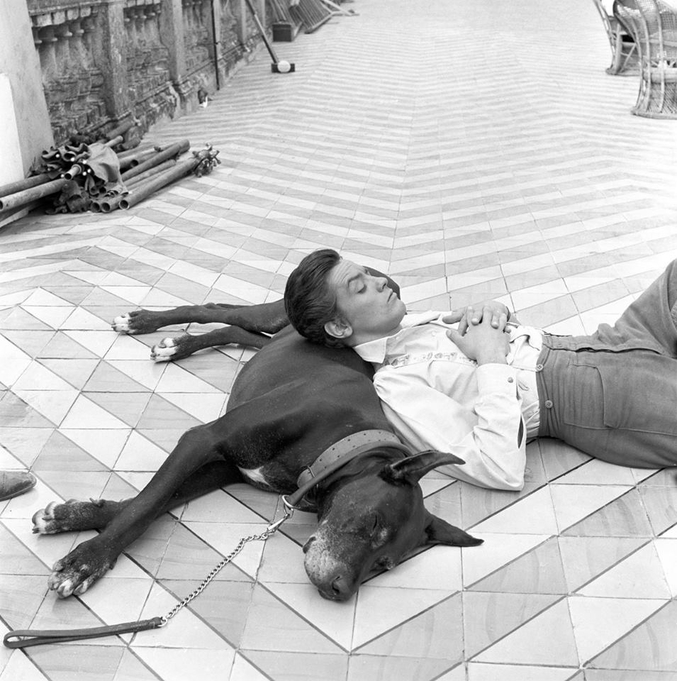 """Entre deux scènes du """"Guépard"""" de Lucchino Visconti, la vedette se relaxe."""