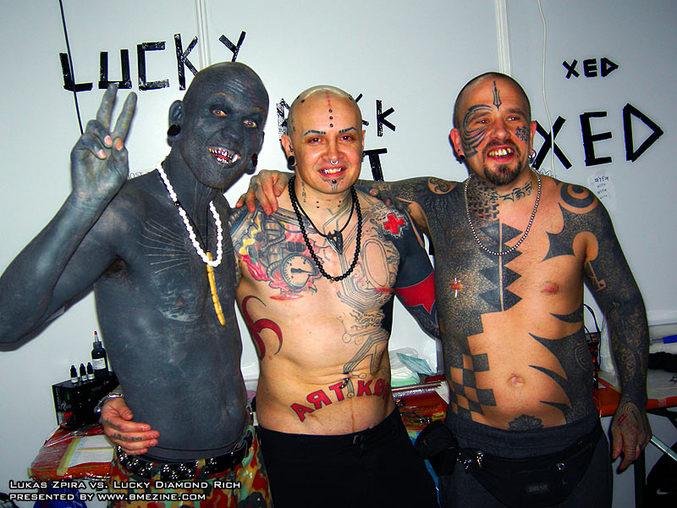 L'homme le plus tatoué et ses 2 potes.