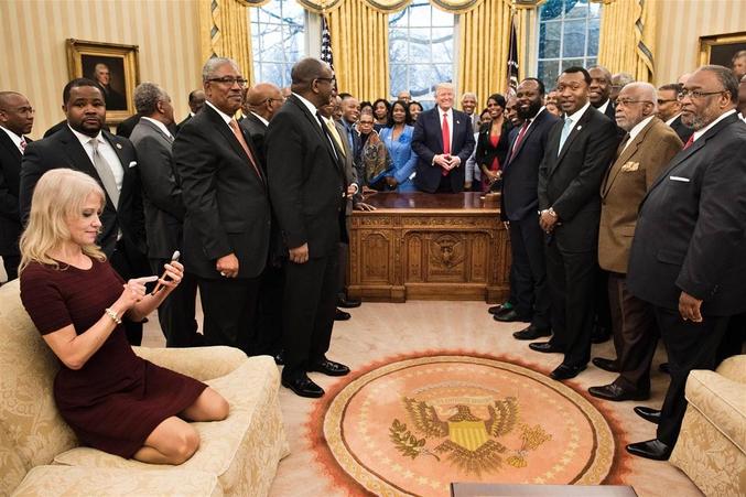 Le Président à sa secrétaire: Jayne, mon petit, on va être un peu juste, ce n'est pas une, mais deux camionnettes de bananes qu'il faut commander ! (NB = Comme j'ai honte ! Mais ce fake vient d'un site US)